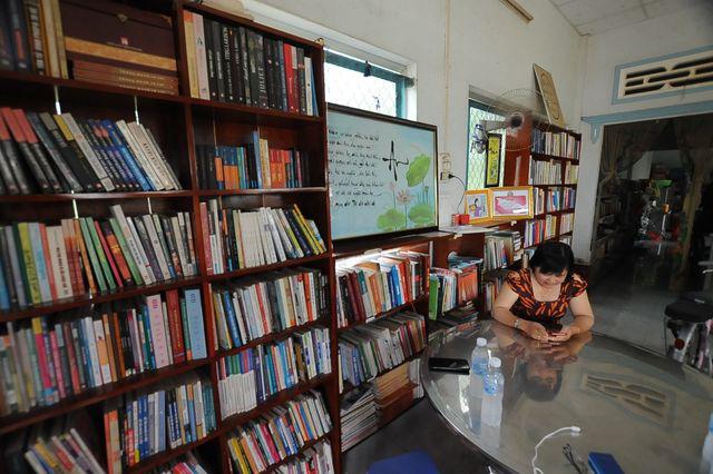 """Vợ chồng thầy giáo chắt chiu từng đồng thành lập """"thư viện"""" cho học sinh  - Ảnh 1."""
