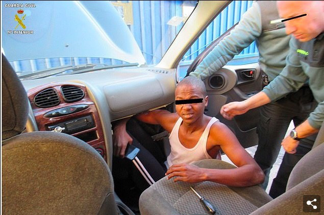 Phát hiện người di cư nằm bẹp như gián dưới ghế ô tô - Ảnh 4.