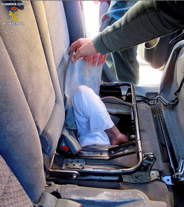 Phát hiện người di cư nằm bẹp như gián dưới ghế ô tô - Ảnh 5.