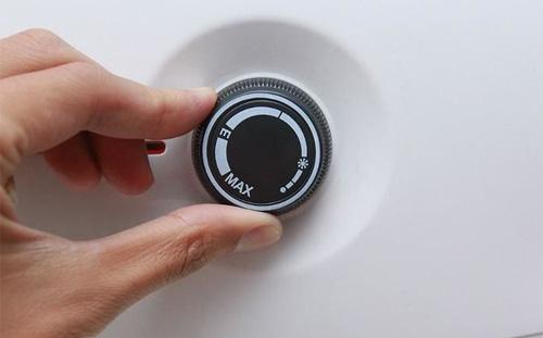 Những thói quen gây lãng phí điện khi dùng bình nóng lạnh - Ảnh 2.