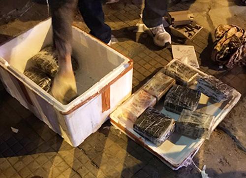 Cảnh sát vây bắt ôtô của nhóm buôn ma tuý  - Ảnh 1.