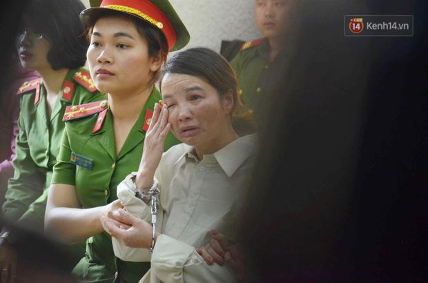 Chị gái nữ sinh giao gà gục khóc nức nở tại tòa sau khi mẹ bị tuyên án 20 năm tù - Ảnh 1.