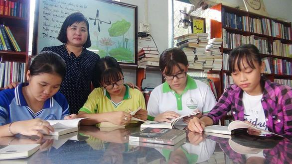 Vợ chồng thầy giáo bán nhang, bán bánh mua sách tặng học trò nghèo - Ảnh 1.