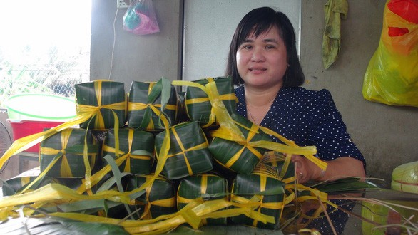 Vợ chồng thầy giáo bán nhang, bán bánh mua sách tặng học trò nghèo - Ảnh 2.