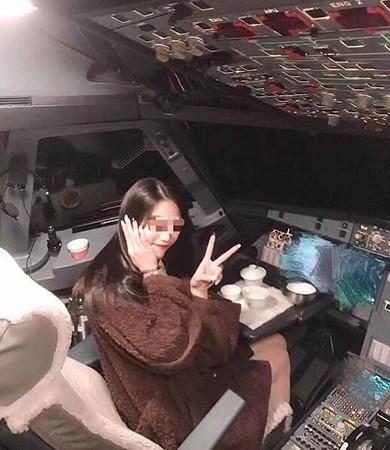 Đưa nữ sinh vào buống lái, chàng phi công phải trả giá cực đắt - Ảnh 1.