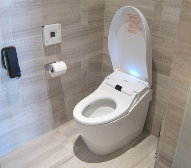Tại sao các khách sạn hạng sang luôn có điện thoại trong phòng tắm? - Ảnh 2.