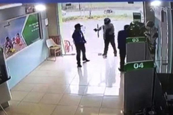 Trung úy công an nổ súng ở ngân hàng cuối cùng đã bị khởi tố tội cướp tài sản - Ảnh 1.