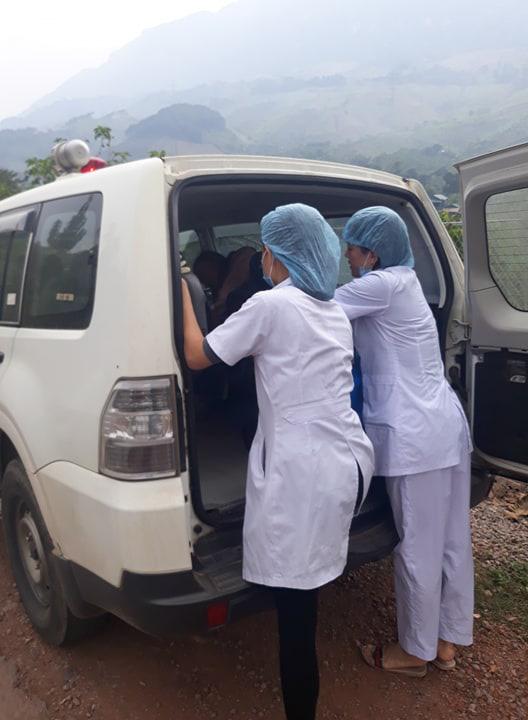 Hy hữu: Sản phụ người Mông được bác sĩ cấp cứu kịp thời trên đường đi đẻ, mẹ tròn con vuông - Ảnh 2.