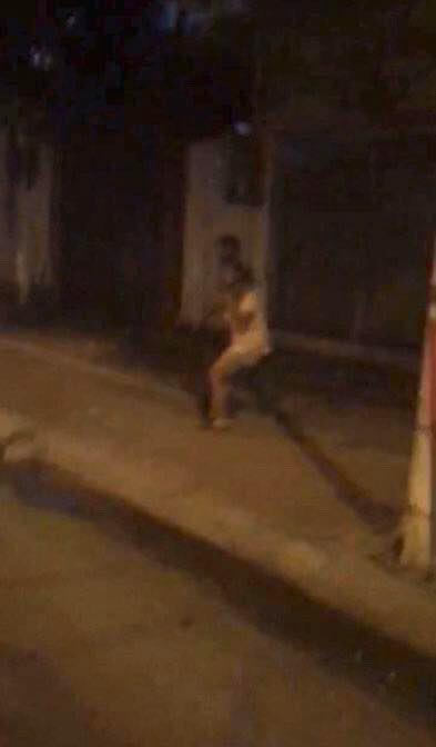 Hà Nội: Nam thanh niên cầm dao dí vào cổ bạn gái uy hiếp trong đêm khiến nhiều người sợ hãi - Ảnh 4.