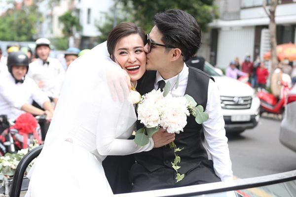 Đám cưới Đông Nhi - Ông Cao Thắng: Cô dâu đeo trĩu vàng, chú rể phấn khởi trước thử thách ăn chanh - Ảnh 6.