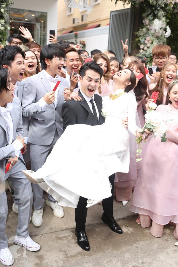 Đám cưới Đông Nhi - Ông Cao Thắng: Cô dâu đeo trĩu vàng, chú rể phấn khởi trước thử thách ăn chanh - Ảnh 8.
