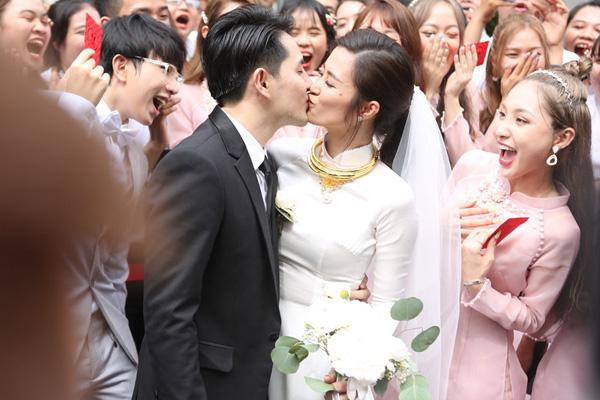 Đám cưới Đông Nhi - Ông Cao Thắng: Cô dâu đeo trĩu vàng, chú rể phấn khởi trước thử thách ăn chanh - Ảnh 9.