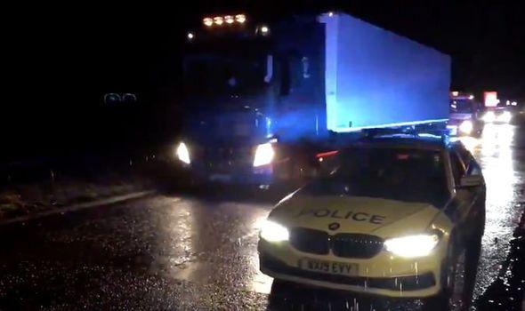Phát hiện 15 người đàn ông trốn trong xe tải vượt biên vào Anh - Ảnh 1.