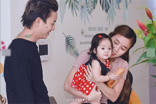 Vợ Hoài Lâm bị chỉ trích vì đăng nhiều ảnh con - Ảnh 1.