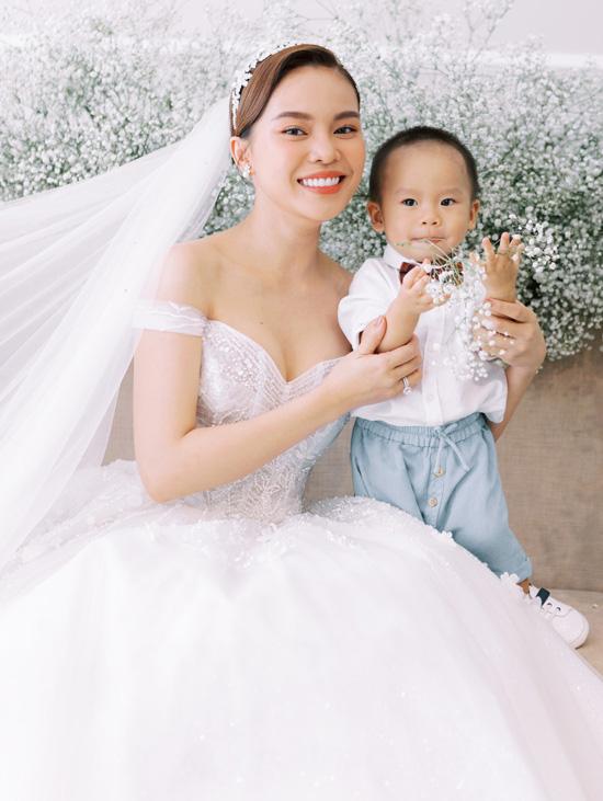 Con trai góp mặt trong ảnh cưới Giang Hồng Ngọc - Ảnh 2.