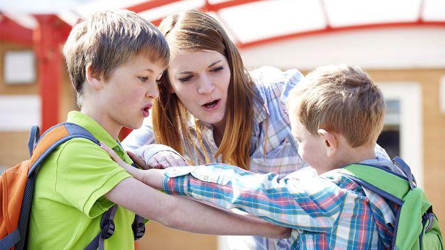 Đau đầu với con hay bắt nạt bạn ở trường  - Ảnh 1.