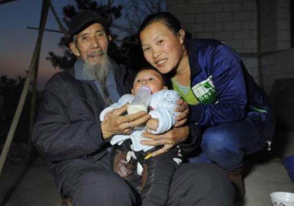 Mời thầy về chữa bệnh cho bố, cô gái 22 tuổi phải lòng cụ ông 1 đời vợ U70 - Ảnh 2.