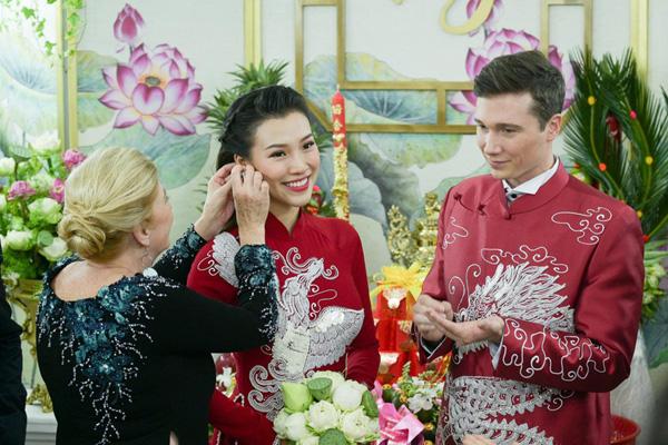 Bố mẹ chồng Tây làm điều tuyệt vời  trong lễ rước dâu Á hậu Hoàng Oanh khiến ai cũng ngỡ ngàng  - Ảnh 3.
