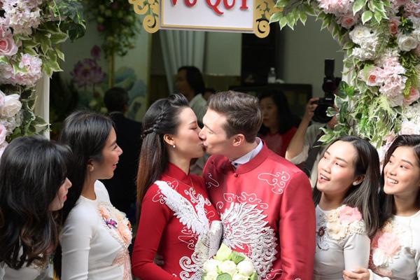 Bố mẹ chồng Tây làm điều tuyệt vời  trong lễ rước dâu Á hậu Hoàng Oanh khiến ai cũng ngỡ ngàng  - Ảnh 7.