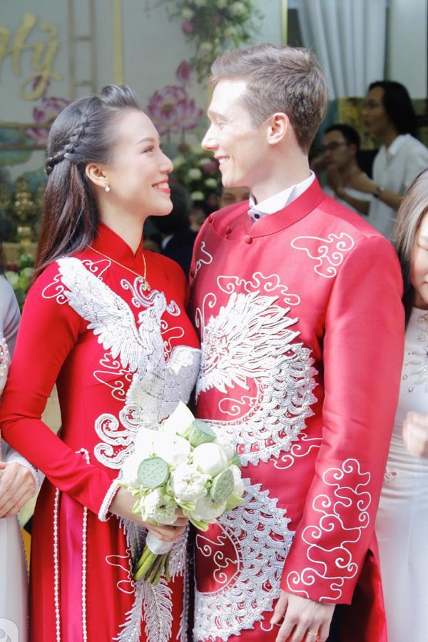 Bố mẹ chồng Tây làm điều tuyệt vời  trong lễ rước dâu Á hậu Hoàng Oanh khiến ai cũng ngỡ ngàng  - Ảnh 6.