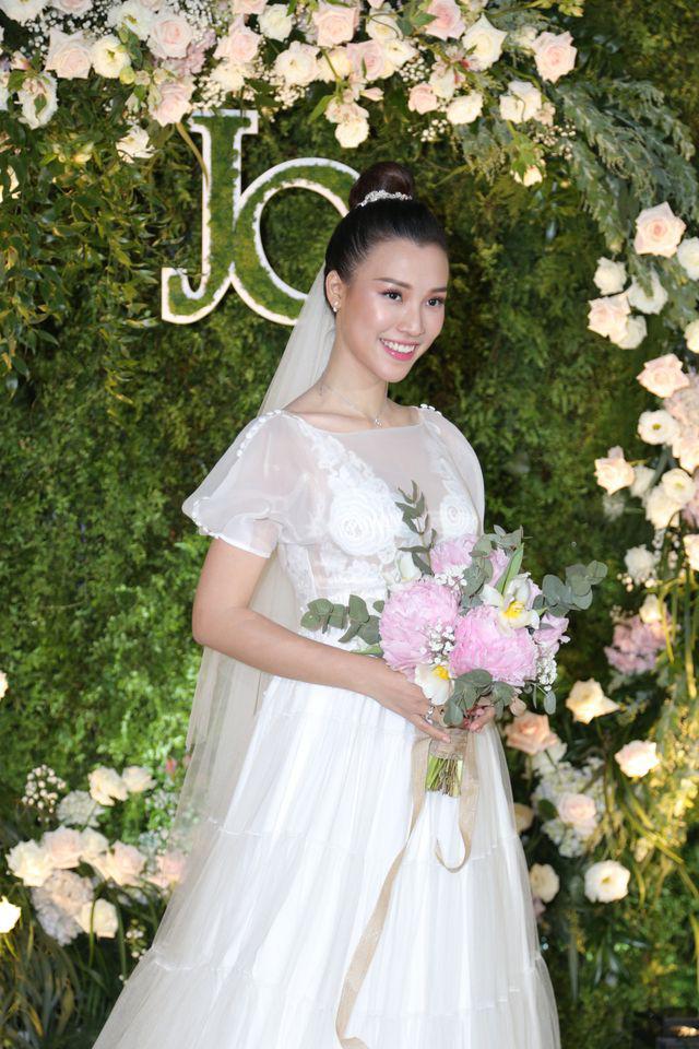 """Trường Giang, Nhã Phương xúc động trong đám cưới """"có một không hai"""" của Hoàng Oanh  - Ảnh 1."""