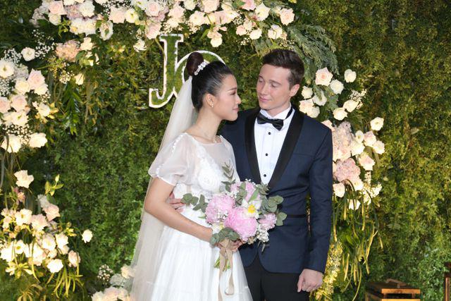 """Trường Giang, Nhã Phương xúc động trong đám cưới """"có một không hai"""" của Hoàng Oanh  - Ảnh 2."""