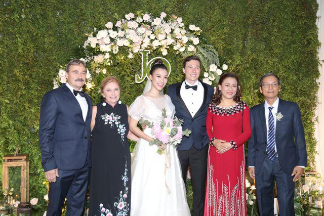 """Trường Giang, Nhã Phương xúc động trong đám cưới """"có một không hai"""" của Hoàng Oanh  - Ảnh 11."""