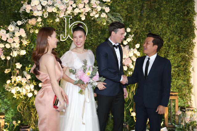 """Trường Giang, Nhã Phương xúc động trong đám cưới """"có một không hai"""" của Hoàng Oanh  - Ảnh 12."""