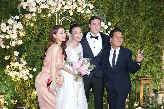 """Trường Giang, Nhã Phương xúc động trong đám cưới """"có một không hai"""" của Hoàng Oanh  - Ảnh 13."""