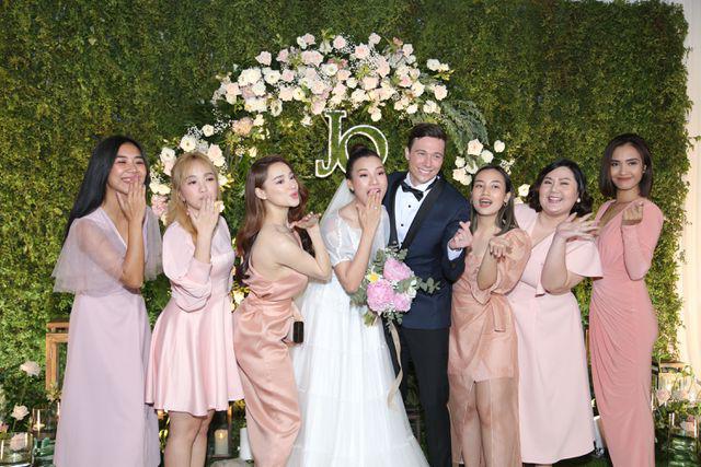 """Trường Giang, Nhã Phương xúc động trong đám cưới """"có một không hai"""" của Hoàng Oanh  - Ảnh 14."""