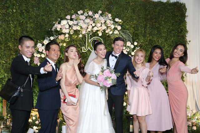 """Trường Giang, Nhã Phương xúc động trong đám cưới """"có một không hai"""" của Hoàng Oanh  - Ảnh 15."""