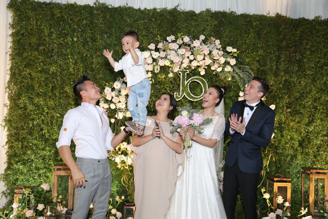 """Trường Giang, Nhã Phương xúc động trong đám cưới """"có một không hai"""" của Hoàng Oanh  - Ảnh 17."""