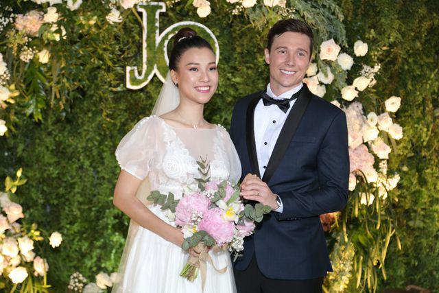 """Trường Giang, Nhã Phương xúc động trong đám cưới """"có một không hai"""" của Hoàng Oanh  - Ảnh 3."""