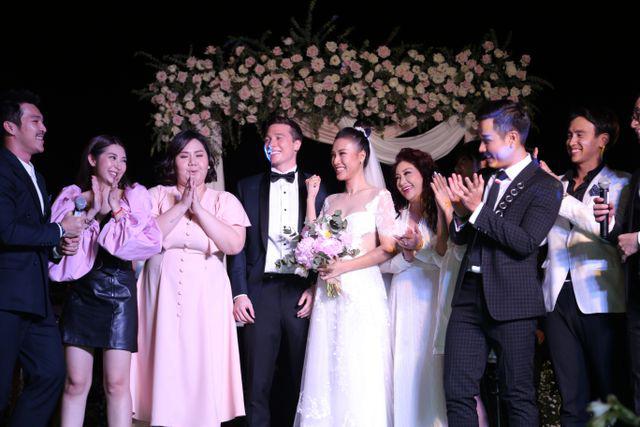 """Trường Giang, Nhã Phương xúc động trong đám cưới """"có một không hai"""" của Hoàng Oanh  - Ảnh 21."""