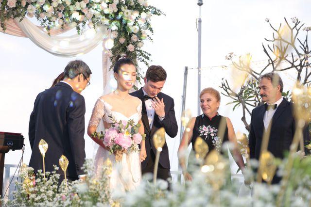 """Trường Giang, Nhã Phương xúc động trong đám cưới """"có một không hai"""" của Hoàng Oanh  - Ảnh 4."""