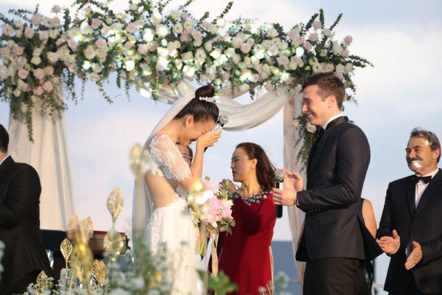 """Trường Giang, Nhã Phương xúc động trong đám cưới """"có một không hai"""" của Hoàng Oanh  - Ảnh 5."""