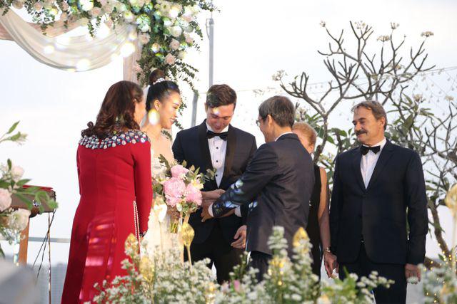 """Trường Giang, Nhã Phương xúc động trong đám cưới """"có một không hai"""" của Hoàng Oanh  - Ảnh 8."""
