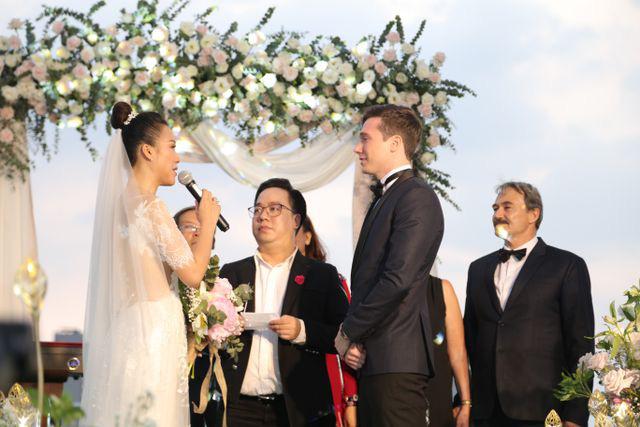 """Trường Giang, Nhã Phương xúc động trong đám cưới """"có một không hai"""" của Hoàng Oanh  - Ảnh 9."""