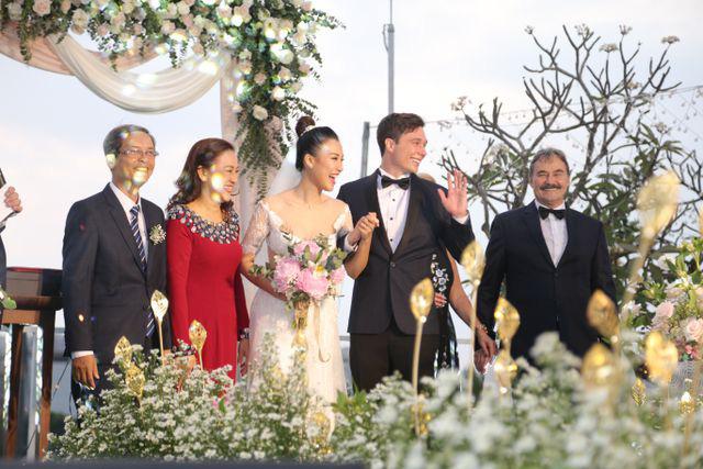 """Trường Giang, Nhã Phương xúc động trong đám cưới """"có một không hai"""" của Hoàng Oanh  - Ảnh 10."""