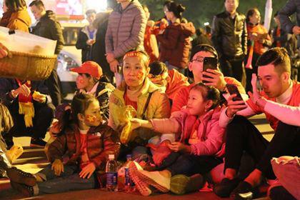 Hàng triệu người dân Việt xuống đường mừng chiến thắng 3-0 của U22 - Ảnh 49.