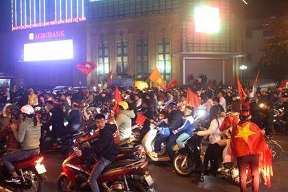 Hàng triệu người dân Việt xuống đường mừng chiến thắng 3-0 của U22 - Ảnh 12.