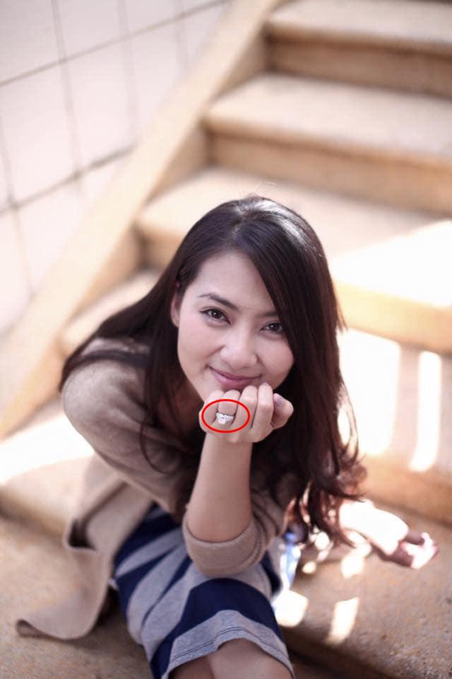 Ngọc Lan liên tục đăng trạng thái buồn hậu ly hôn Thanh Bình nhưng gây chú ý nhất vẫn là hình ảnh trên tay còn đeo nhẫn ở ngón áp út - Ảnh 2.