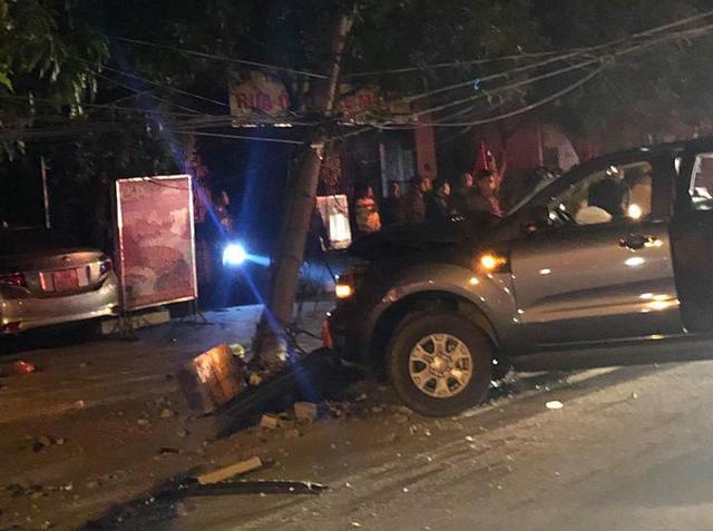 Hà Tĩnh: Ra đường ăn mừng U22, xe ô tô đâm gãy cột điện khiến hai người nhập viện - Ảnh 1.
