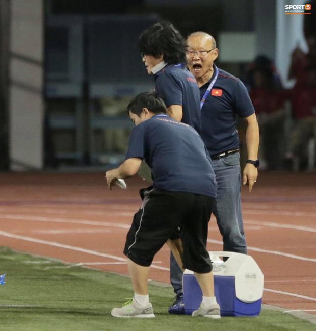 Biểu cảm đáng giá trên khuôn mặt của ông Park Hang-seo trong trận chung kết SEA Games 30 - Ảnh 11.