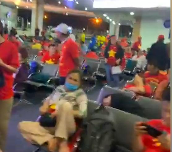 Dàn nghệ sĩ Việt và 300 CĐV vạ vật suốt đêm ở sân bay Philippines - Ảnh 1.