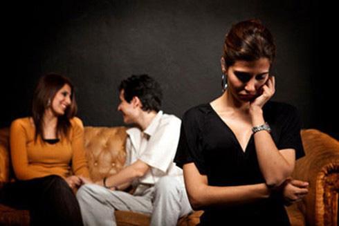 Cặp với gái trẻ, chồng ly hôn vợ nhưng khi biết thân thế cô bồ thì lại tái mặt van xin - Ảnh 2.