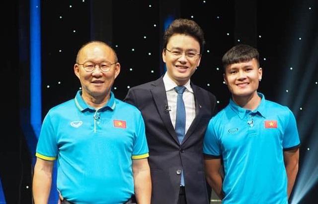 Biên tập viên Hữu Bằng lộ ảnh đi chân đất trên sóng truyền hình - Ảnh 3.
