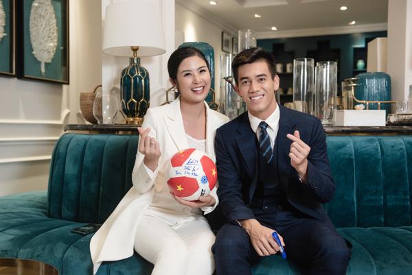 Phát sốt hình ảnh điển trai của tiền đạo Tiến Linh khi gặp Hoa hậu Ngọc Hân - Ảnh 4.
