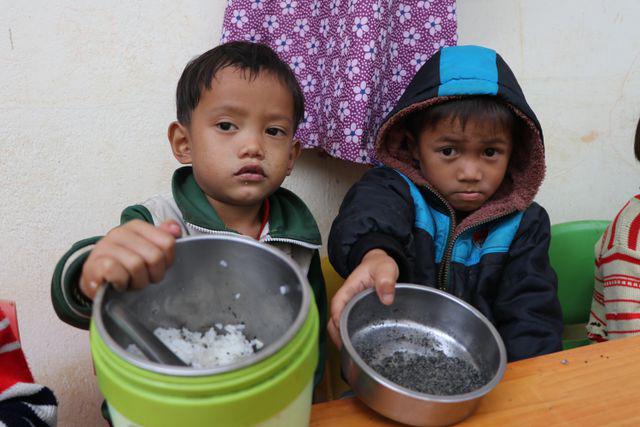 Xót xa bữa cơm với muối của học sinh vùng cao - Ảnh 2.