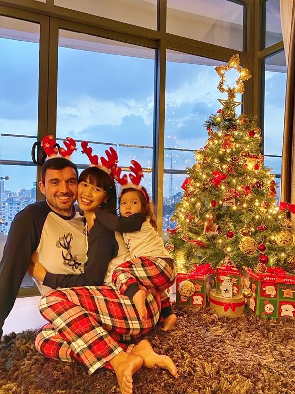 Con gái Hà Anh đón Giáng sinh sớm bên bố mẹ - Ảnh 2.